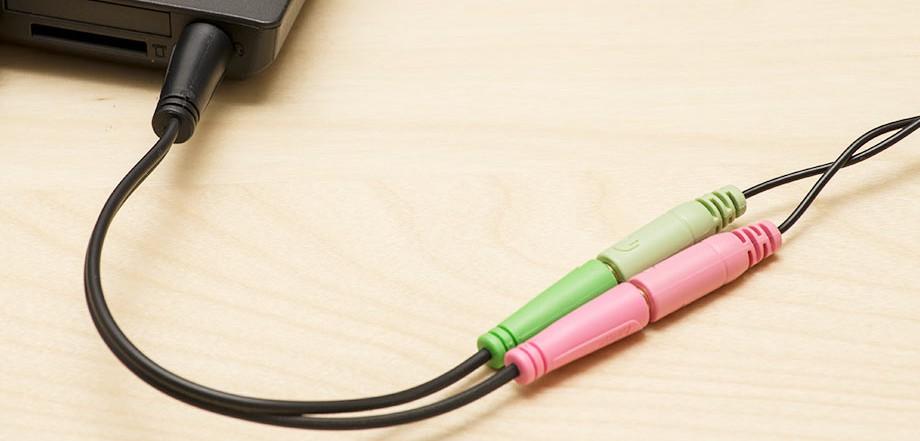 Słuchawki podłączone przez przejściówkę
