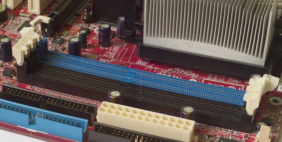 Odchylone zaczepy przy slocie pamięci RAM